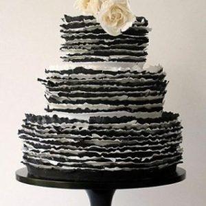 Многошаровый торт украшенный цветами