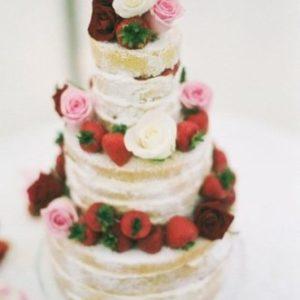 Открытый торт с розами и клубникой