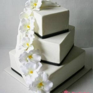 Асиметричный квадратный торт с гирляндой лилий из мастики