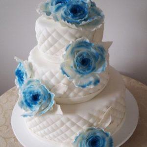 Торт с синими мастичными цветами