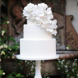 Идеально белый торт с нежным украшением