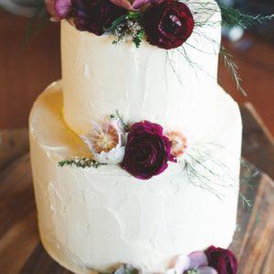 Кремовый торт с живыми цветами