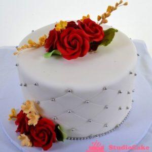 Белый торт с огненно красными розами