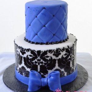 Синьо-білий торт з чорним узором
