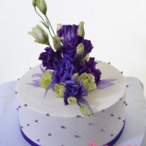 Торт  в бело-фиолетовых тонах