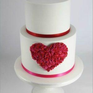 Двох'ярусний тортик з великим червоним серцем