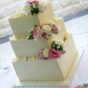 Триярусний торт з живими квітами