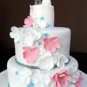 Нежный тортик с фигурками и россыпью цветов