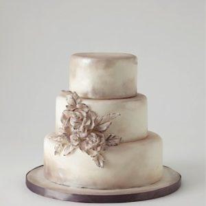 Трехэтажный нежный торт