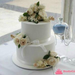 Белоснежный торт с композицией живых цветов