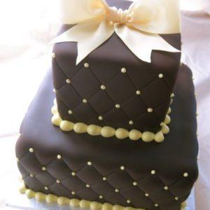 Mастичний торт з світлими намистами і бантом