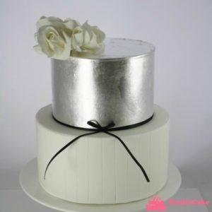 Елегантний торт, металевого кольору увінчаний квітами
