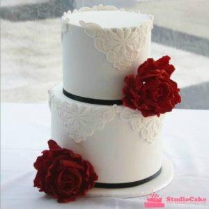 Стильний білий торт з мастичними квітами