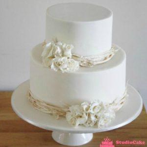 Белый торт с кремовыми цветами