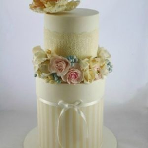 Білий торт з усілякими прикрасами