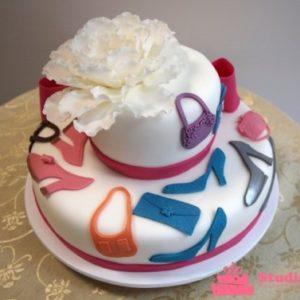 Белый тортик украшеный дамскими сумочками и туфельками