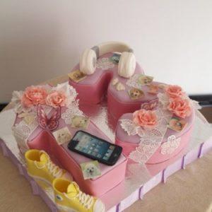 Торт в виде цифры 13 украшенный гаджетами и цветами