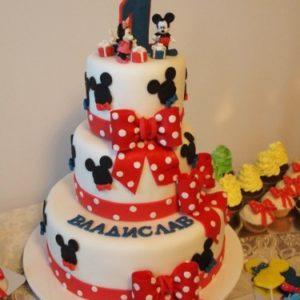 Огромный торт на тему Микки Мауса