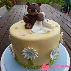 Торт с мастичными цветами и фигуркой медведя
