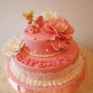 Розово-белый торт с нежными цветами и узором
