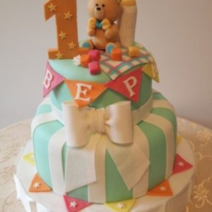 Торт с бантом и мастичной фигуркой медведя