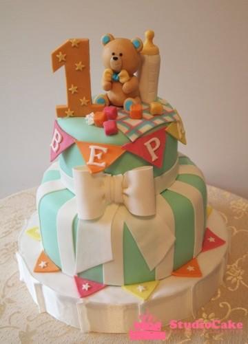 Детский торт на заказ в три яруса с медвежонком