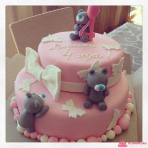 Розовый тортик с белыми бантами и мишками