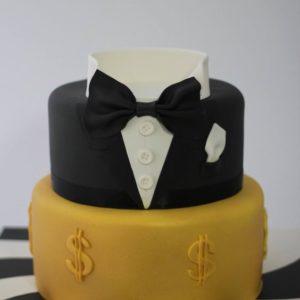 Белый торт в виде сердечка с декором