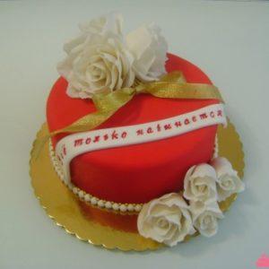 Красный торт с ожерельем и цветами