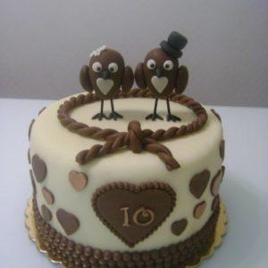 Тортик с сердечками и птичками из шоколада