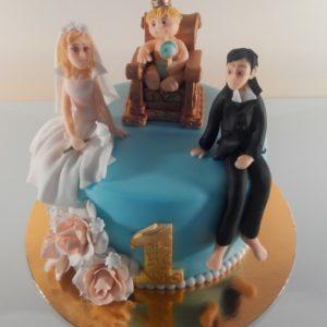 Бірюзовий торт з мамою, татом і дитиною прикрашений квітами