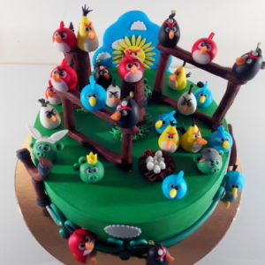 Зелёный тортик с фигурками злых птичек