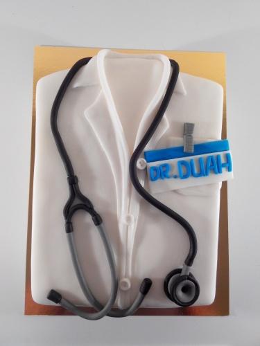 Торт в виде халата для врача