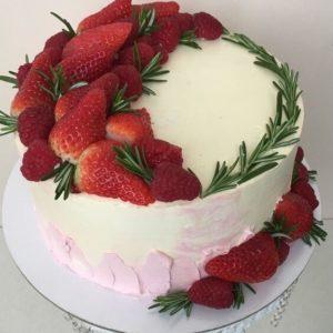 Кремовый торт с клубникой