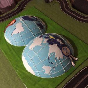 Торт составленный с двух полушарий Земли