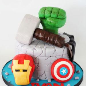 Торт украшенный экипировкой «Мстителей»