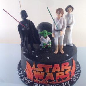 Чёрный торт с фигурками героев из Звёздных войн