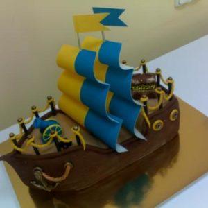 Торт-корабель з синьо-блакитними вітрилами
