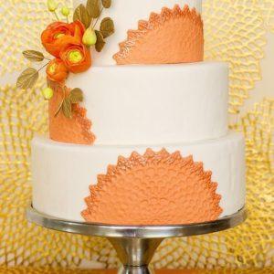 Белый тортик с фиолетовыми ленточками