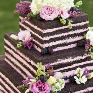 Трехъярусный квадратный тортик с букетиками живых цветов