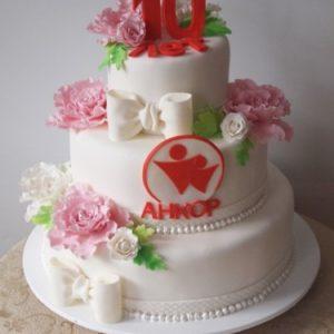 Білосніжний тортик з трояндами і емблемою