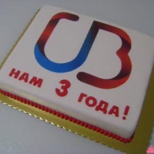 Лаконичный тортик белого цвета с эмблемой компании