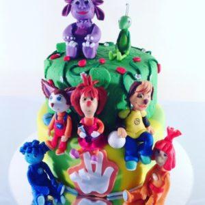 Позитивний торт з різними персонажами з мультфільмів