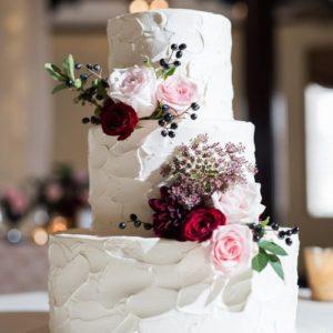 Торт покрыт кремом