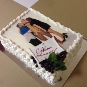 Нежный торт украшенный мастичными цветами и бантом