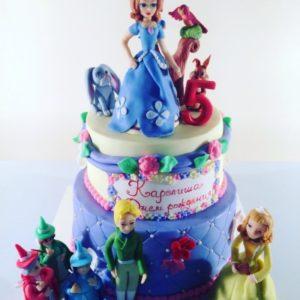 Нежный торт украшенный  фигурками