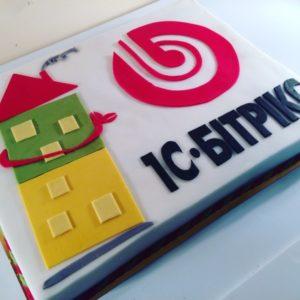 Білий тортик з емблемою компанії