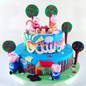 Торт с деревьями и фигурками героев мультика Пеппа