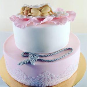 Ніжний біло-рожевий торт з візерунком і сплячим немовлям