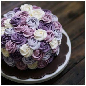 Мінімалістичний торт з мастичними квітами